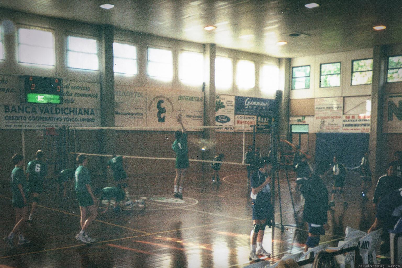 Первая поездка заграницу: я — игрок команды СГДЮШОР Санкт-Петербурга по волейболу, мой номер — один. Перуджа, Италия, 2002