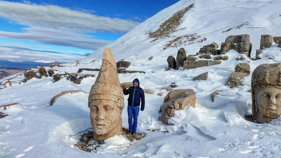 Ох, Немрут-Даг... Буквально за неделю до нашей поездки мои друзья там были, и уже тогда им не удалось на машине до самой гробницы доехать, пришлось пешком топать. Ну а пока мы до Турции добрались, совсем всё намертво снегом завалило. Ну ничего, доберусь ещё!