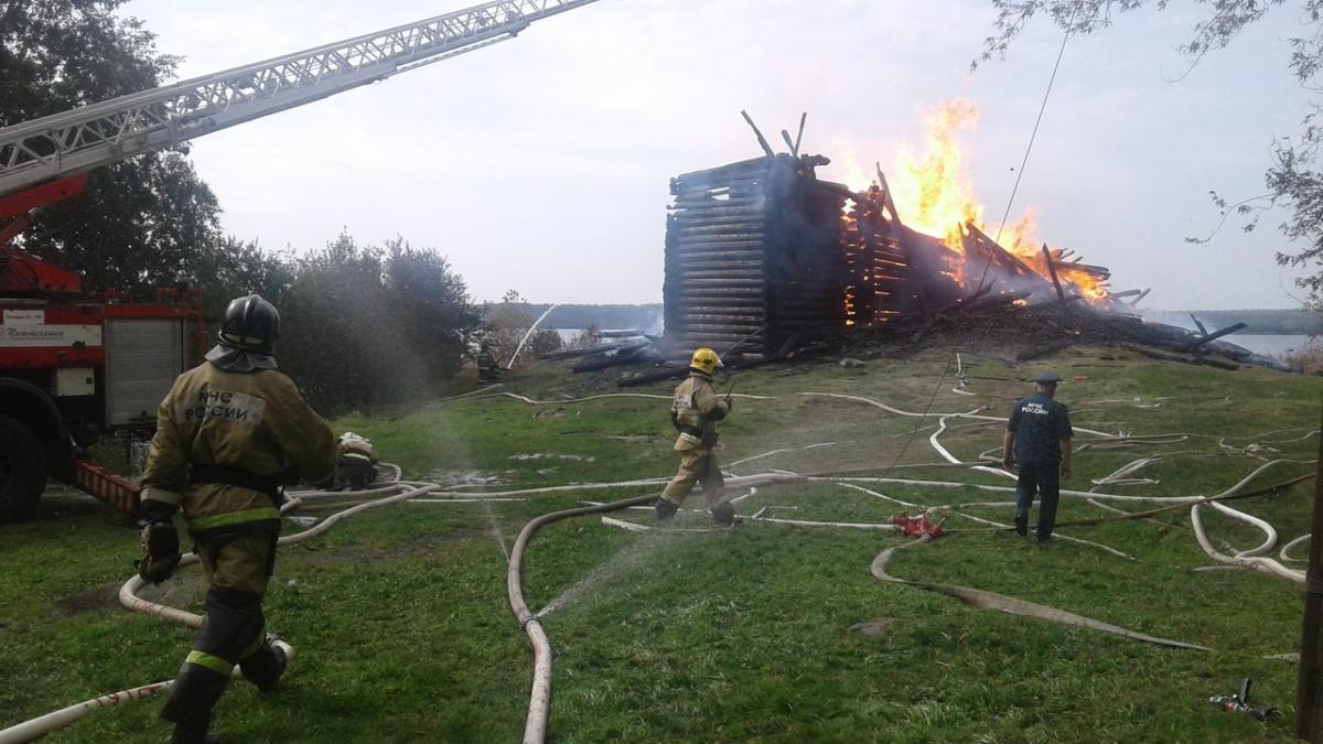 Сегодня утром Успенская церковь в Кондопоге сгорела.Что имеем не храним, потерявши плачем...  Источник: «ВКонтакте»/Карельский колорит