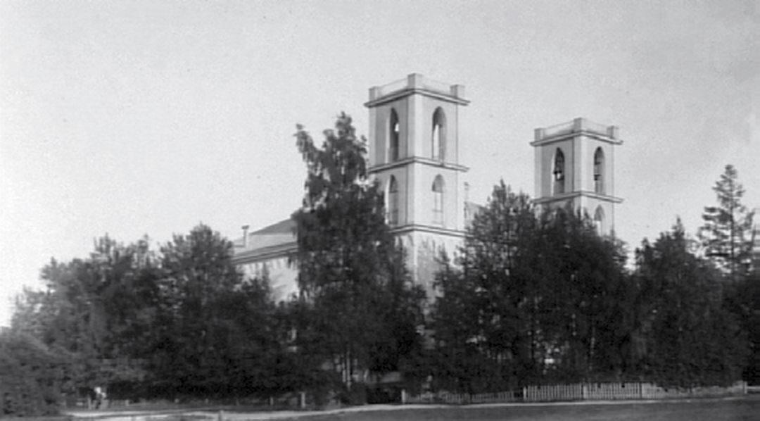 Их ещё и к югу от Санкт-Петербурга раньше очень много проживало: Туутари, например, - вообще один из старейших лютеранских приходов Ингерманландии. Там на горе, как раз где подъёмники «Туутари парка», буквально в сотне метров от них, до сих пор старое финское кладбище сохранилось. Был там этим летом - страшное зрелище: могилы все перекопаны, думаю, ещё в советские времена, старые кованые кресты чернеют, человеческие кости на поверхности лежат. А непосредственно на том месте, где верхняя станция подъёмников - раньше кирха была на 2200 человек. Вот так вершина горы Кирхгоф сто лет назад выглядела: