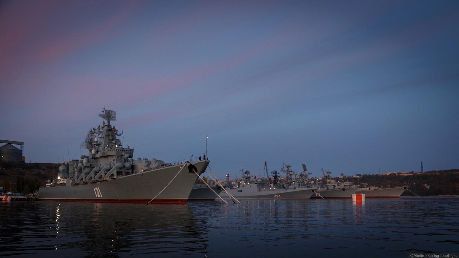Крым в межсезонье. Вечерняя прогулка по Севастопольской бухте или Сага о Черноморском флоте