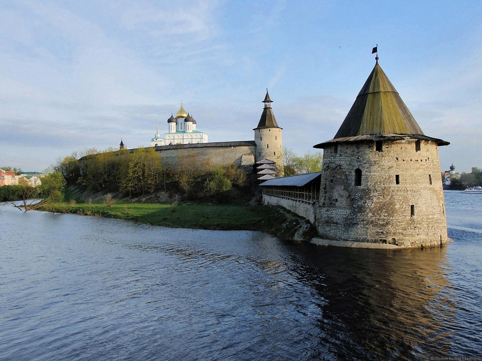 Вид на Псковский кром от Высокой башни