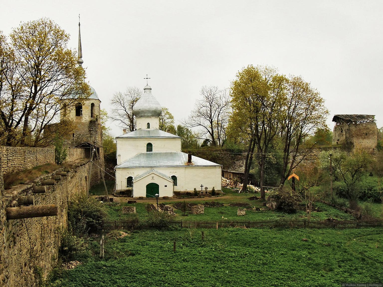 Вид на Никольскую церковь с крепостной стены
